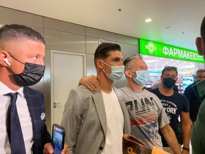 ΑΕΚ: Έφτασε στην Αθήνα ο Τσούμπερ – Σταματούσε οπαδούς η αστυνομία που πήγαιναν στο αεροδρόμιο!