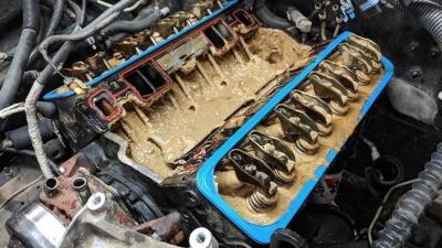 Πώς είναι το λάδι που βγαίνει από ένα καταστραμμένο κινητήρα;