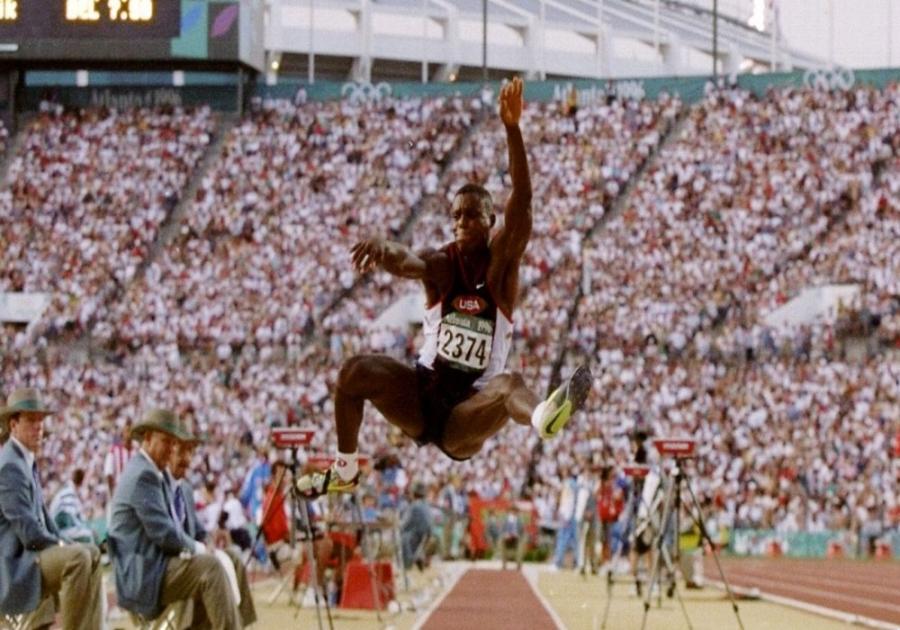 Καρλ Λιούις: Το κύκνειο άσμα σε μια καριέρα με 10 Ολυμπιακά μετάλλια γράφτηκε στην Ατλάντα (video)