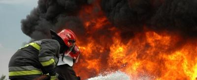 Υπό μερικό έλεγχο η πυρκαγιά σε κτίριο στο Μοναστηράκι - Απομακρύνθηκαν 10 άτομα