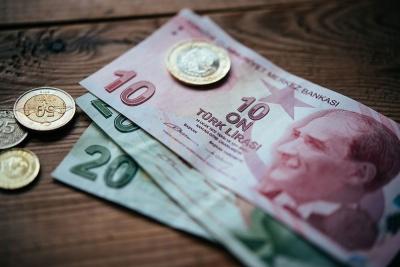 Υπό πίεση η τουρκική λίρα στις 4,74/δολ - Δεν πείθει η κεντρική τράπεζα, νέα προειδοποίηση Fitch