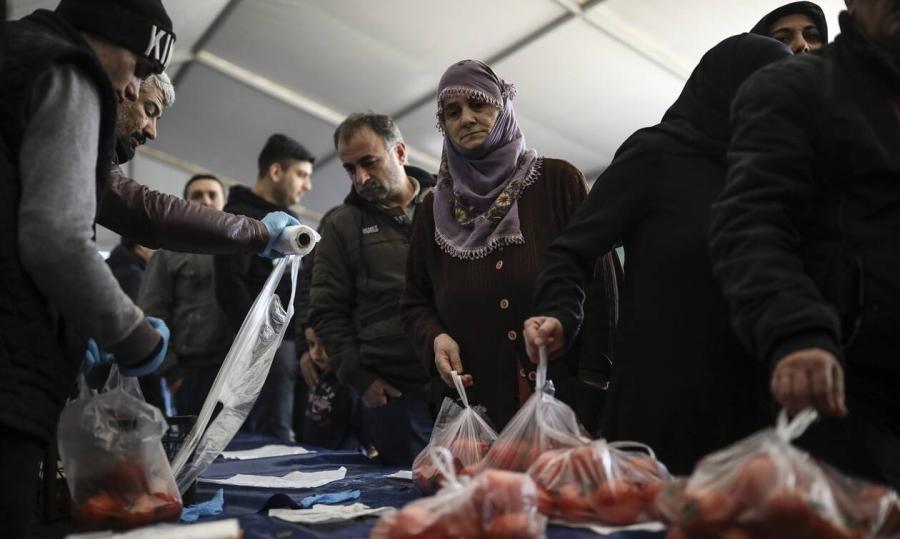 Ο Erdogan μοιράζει... πατάτες και κρεμμύδια στους φτωχούς - Αντιπολίτευση: Δείγμα της κρίσης που επικρατεί στην Τουρκία