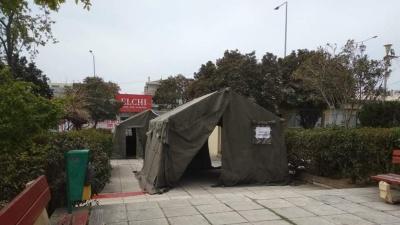 Στρατιωτικές σκηνές στο προαύλιο του νοσοκομείου «Άγιος Παύλος» στη Θεσσαλονίκη για τους ασθενείς με κορωνοϊό