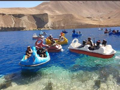 Πάνοπλοι Ταλιμπάν κάνουν ποδήλατο σε λίμνη μέσα σε... χρωματιστές βαρκούλες
