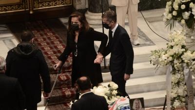 Υποβασταζόμενη η Ντόρα Μπακογιάννη στην Μητρόπολη Αθηνών για το τελευταίο αντίο στην Φώφη Γεννηματά