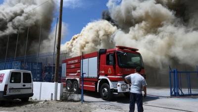 Aσπρόπυργος: Μεγάλη φωτιά σε εργοστάσιο ξυλείας