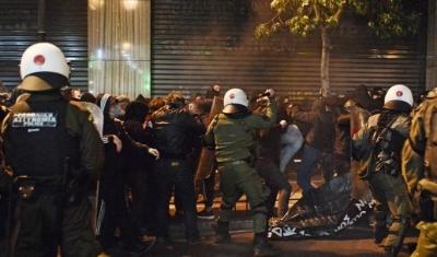 Συμπλοκές αστυνομικών - διαδηλωτών στο κέντρο στην πορεία για το θάνατο του 20χρονου Ρομά στο Πέραμα