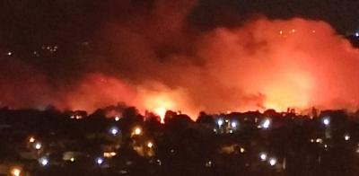 Πυρκαγιά στη Νέα Μάκρη: Μάχη να μην καούν σπίτια και εντολή εκκένωσης στους κατοίκους