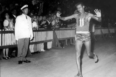 Αμπέμπε Μπικίλα: Ο Μαραθωνοδρόμος που πήρε ξυπόλητος χρυσό μετάλλιο και ξαναπήρε με… παπούτσια!