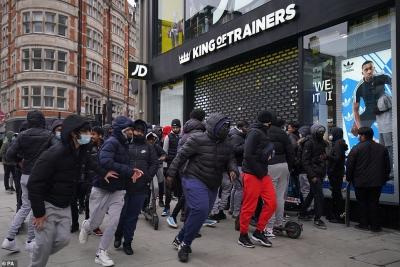Χαμός στα καταστήματα της Βρετανίας ενόψει προσφορών στις αγορές - Ουρές, εντάσεις.... «ξεχάστηκε» και ο covid