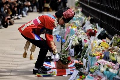 Λουλούδια στο Μπάκιγχαμ από πλήθος κόσμου για τον θάνατο του Πρίγκιπα Φίλιππου