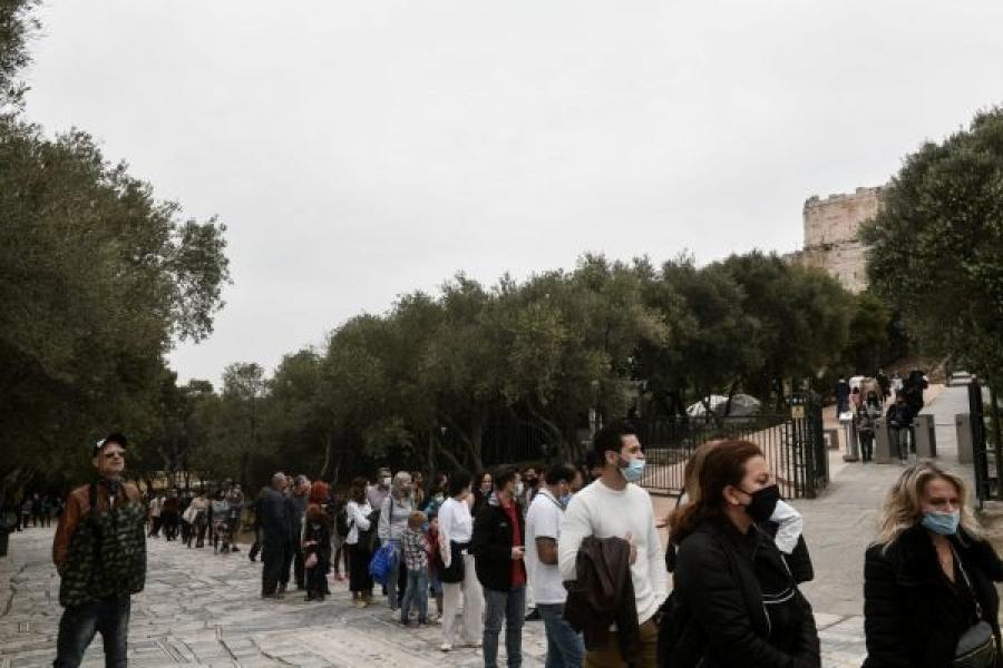 Πλήθος κόσμου στο κέντρο της Αθήνας - Ουρές για την δωρεάν είσοδο στην Ακρόπολη