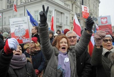 AFP:  Υπέρ της ειρήνης και της ΕΕ διαδήλωσαν χιλιάδες Πολωνοί - Η κυβέρνηση μας απομονώνει από την ΕΕ