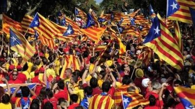 Εκατοντάδες χιλιάδες υπέρμαχοι της ανεξαρτησίας της Καταλονίας διαδήλωσαν στη Βαρκελώνη
