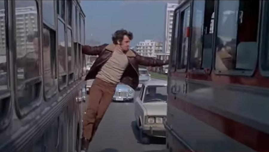 Ο «διαρρήκτης» Ζαν Πολ Μπελμοντό ακροβατεί με θέα την Αθήνα μιας άλλης εποχής, λίγο πριν επισκεφτεί τον Ολυμπιακό!