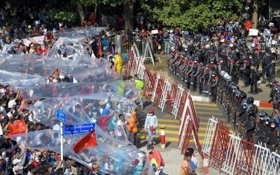 Μιανμάρ: Σκηνές χάους στους δρόμους με την αστυνομία να πυροβολεί τους διαδηλωτές
