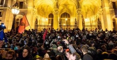 Το κόμμα Fidesz της Ουγγαρίας κατηγορεί ως υποκινητές για τις βίαιες συγκρούσεις, Σοσιαλιστές και Soros