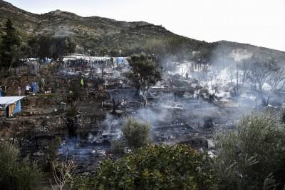 Σάμος: Στάχτη οι σκηνές γύρω από το ΚΥΤ - Νέο σοκ για τους κατοίκους στο Βαθύ μετά τον φονικό σεισμό
