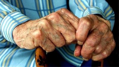 Φαρμακοποιός έδειρε 80χρονο στον Βόλο - Στο νοσοκομείο με σπασμένη γνάθο ο ηλικιωμένος