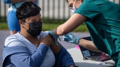 ΗΠΑ: Κοντά στο 50% του πληθυσμού έχει λάβει μια δόση εμβολίου – Πτωτική τάση στα νέα κρούσματα Covid-19