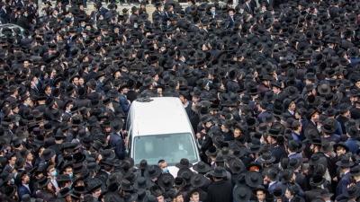 Απίστευτες εικόνες συνωστισμού σε κηδεία στο Ισραήλ - Αγνόησαν παντελώς το lockdown