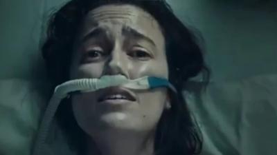 Σάλος στην Αυστραλία: Σκληρή διαφήμιση υπέρ του εμβολιασμού δείχνει γυναίκα με covid να μην μπορεί να αναπνεύσει
