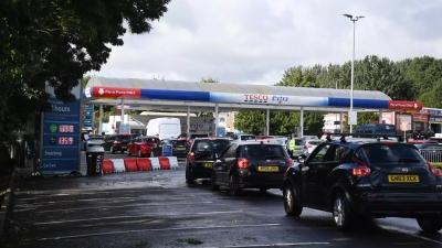 Βρετανία - Έκκληση της κυβέρνησης προς τους οδηγούς: Μην γεμίζετε μπουκάλια νερού με καύσιμα στα βενζινάδικα