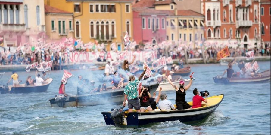 Ιταλία: Σε δρόμους, αποβάθρες και γόνδολες διαμαρτύρονται οργισμένοι Βενετσιάνοι για την άφιξη του κρουαζιερόπλοιου