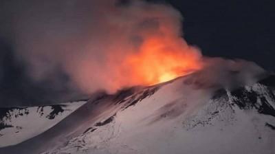 Ιταλία: «Ξύπνησε» και πάλι το ηφαίστειο της Αίτνα - Σιντριβάνι λάβας ύψους 100 μέτρων