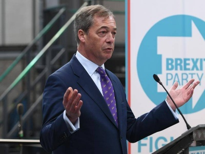 «Άνοιγμα» Farage στους Συντηρητικούς για συνεργασία, με στόχο ένα «καθαρό διαζύγιο»