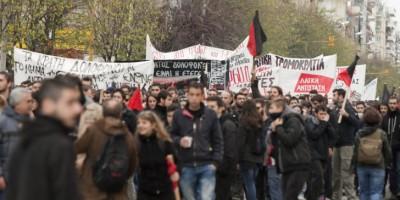Σε εξέλιξη πορείες στο κέντρο της Θεσσαλονίκης, με αφορμή την παρουσία Μητσοτάκη στη ΔΕΘ