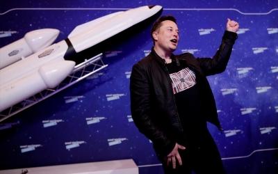 Δισεκατομμυριούχος ψάχνει 8 συνεπιβάτες για δωρεάν ταξίδι στη Σελήνη με πτήση της Space X του Musk