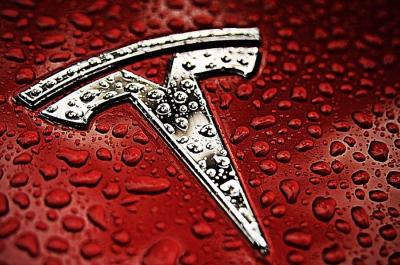Στο 1 τρισ. δολ. η κεφαλαιοποίηση της Tesla μετά την παραγγελία 100.000 οχημάτων από την πτωχευμένη Hertz