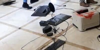 Άρπαξαν από τον λαιμό τον πρύτανη της ΑΣΟΕΕ, κατέστρεψαν γραφεία και υπολογιστές