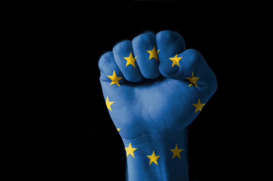 Politico: Για να είναι παγκόσμιος παίκτης, η ΕΕ πρέπει να σταματήσει να παίζει τον διαιτητή