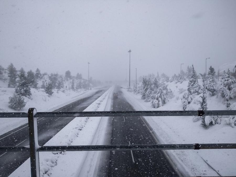 Κακοκαιρία Μήδεια: Ανοιγοκλείνουν την εθνική οδό Αθηνών – Λαμίας – Έκτακτο ΕΜΥ: Πυκνές χιονοπτώσεις στην Αττική