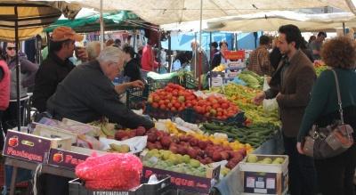 Με γάντια θα ψωνίζουμε από αύριο στις λαϊκές αγορές της Αττικής για προστασία από τον κορωνοϊό